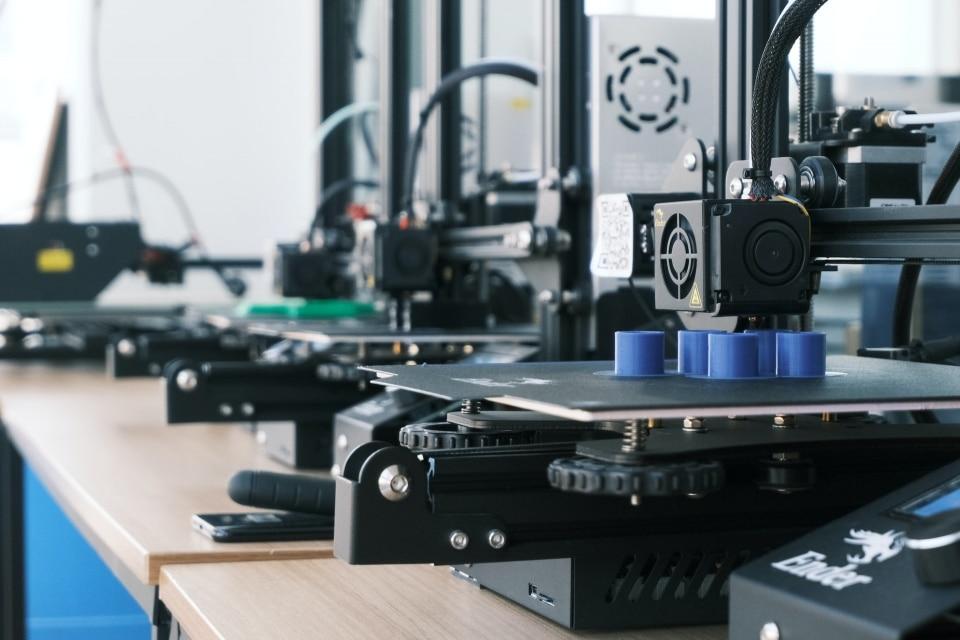 tiai că o imprimantă 3d poate deveni rampa de lansare către o afacere profitabilă? Pasiunea și rigoarea te pot ajuta să devii lider de piață în domenii diverse. Însă, un pas important pe care ar trebui să îl treci este să cunoști dinainte performanțele fiecărui material în parte. Imprimantele SLA care utilizează în principal rășină pentru printare 3d prezintă opțiuni pe care le poți utiliza în realizarea de prototipuri inovatoare. Textura și forma detaliilor mici vor fi redate cu acuratețe. Astfel, poți evolua în industrii precum: Artă – Poți crea adevărate opere de artă prin combinarea atentă a formelor geometrice. De asemenea, poți definitiva elemente decorative speciale pentru interior. Educație – Copiii vor asimila mult mai repede informațiile teoretice cu ajutorul unui suport vizual pe care îl pot și manipula cu ușurință. Sănătate – Imprimantele de tip SLA sunt alegerile potrivite pentru domeniile medicale care au nevoie să realizeze diverse tipuri de proteze sau suporturi. Divertisment – Poți crea jucării originale, mai ales în contextul în care piața este plină de alternative care nu mai surprind cu nimic. De asemenea, poți crea cadouri personalizate de la căni până la sculpturi sau vaze. Vei rămâne, astfel, foarte repede în mintea consumatorilor. Filamente PLA pentru printare 3D, pe de altă parte, sunt unele dintre cele mai populare alegeri în materie de printare 3d. Pe lângă ușurința utilizării, asemenea materiale te vor ajuta să aduci un suflu nou în domenii precum: Industria alimentară – Poți printa fără probleme diverse ambalaje sau recipiente prin care poți depozita mâncarea tocmai datorită siguranței pe care o presupune componența filamentului. Industria textilă – S-a demonstrat că fibrele PLA utilizate în haine sunt mult mai atente la sensibilitatea pielii. Industria auto – Pot fi realizate diverse unelte, accesorii sau șabloane folosite în procesele mecanice. Arhitectură – Fără a investi costuri financiare sau materiale exorbitante pot fi create cu s